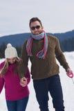Jeunes couples heureux ayant l'amusement sur l'exposition fraîche des vacances d'hiver Photographie stock libre de droits