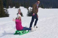 Jeunes couples heureux ayant l'amusement sur l'exposition fraîche des vacances d'hiver Photographie stock