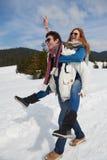 Jeunes couples heureux ayant l'amusement sur l'exposition fraîche des vacances d'hiver Photos libres de droits