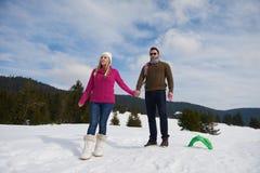 Jeunes couples heureux ayant l'amusement sur l'exposition fraîche des vacances d'hiver Images stock