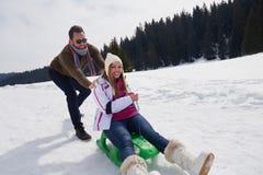 Jeunes couples heureux ayant l'amusement sur l'exposition fraîche des vacances d'hiver Image stock