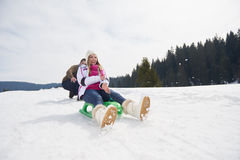Jeunes couples heureux ayant l'amusement sur l'exposition fraîche des vacances d'hiver Photos stock