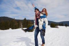 Jeunes couples heureux ayant l'amusement sur l'exposition fraîche des vacances d'hiver Images libres de droits