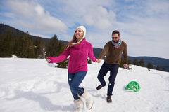 Jeunes couples heureux ayant l'amusement sur l'exposition fraîche des vacances d'hiver Photo stock