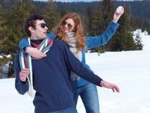 Jeunes couples heureux ayant l'amusement sur l'exposition fraîche des vacances d'hiver Photo libre de droits