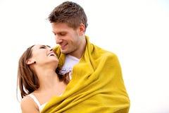 Jeunes couples heureux ayant l'amusement sur la plage Images stock