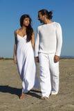 Jeunes couples heureux ayant l'amusement sur la plage Image stock