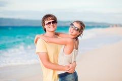 Jeunes couples heureux ayant l'amusement sur la plage tropicale. Photographie stock