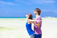 Jeunes couples heureux ayant l'amusement sur la plage tropicale. Photographie stock libre de droits