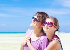 Jeunes couples heureux ayant l'amusement sur la plage tropicale. Photos libres de droits