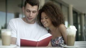 Jeunes couples heureux ayant un grand temps ensemble en café clips vidéos