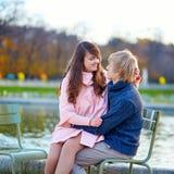 Jeunes couples heureux ayant une date à Paris Photos stock