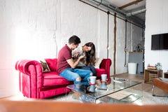 Jeunes couples heureux décontractés à la maison avec un animal familier de lapin Photographie stock