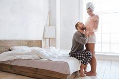 Jeunes couples heureux découvrant des résultats d'essai de grossesse photo libre de droits