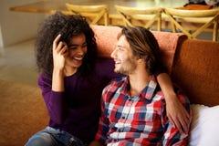 Jeunes couples heureux détendant à la maison image stock