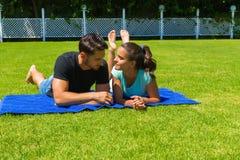 Jeunes couples heureux détendant appréciant le soleil Image stock