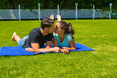 Jeunes couples heureux détendant appréciant le soleil Photographie stock