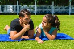 Jeunes couples heureux détendant appréciant le soleil Photo libre de droits