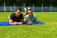 Jeunes couples heureux détendant appréciant le soleil Image libre de droits