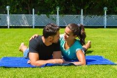 Jeunes couples heureux détendant appréciant le soleil Photos stock