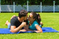 Jeunes couples heureux détendant appréciant le soleil Photographie stock libre de droits