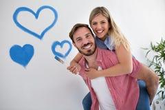Jeunes couples heureux détendant après peinture images libres de droits