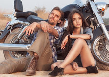 Jeunes couples heureux d'amour sur le scooter images stock