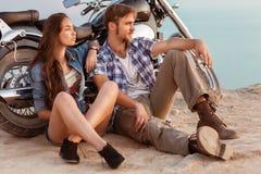 Jeunes couples heureux d'amour sur le scooter Image libre de droits