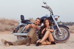 Jeunes couples heureux d'amour sur le scooter photo stock