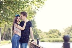 Jeunes couples heureux d'inlove parlant une promenade en parc près d'un lac Images stock