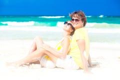 Jeunes couples heureux dans des lunettes de soleil se reposant dessus Images libres de droits