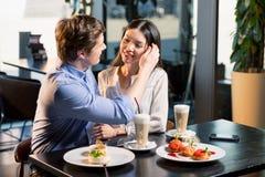 Jeunes couples heureux dans l'amour à la date romantique dans le restaurant Images stock