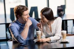 Jeunes couples heureux dans l'amour à la date romantique dans le restaurant Photos stock