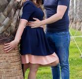 Jeunes couples heureux dans l'amour à la paume Photos libres de droits