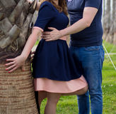Jeunes couples heureux dans l'amour à la paume Photos stock