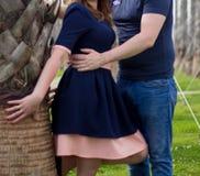 Jeunes couples heureux dans l'amour à la paume Photographie stock libre de droits
