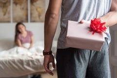 jeunes couples heureux dans l'amour étonnant avec des cadeaux Images libres de droits