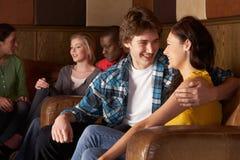 Jeunes couples heureux dans l'amour Photos stock