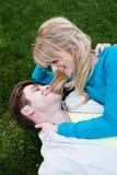 Jeunes couples heureux dans l'amour Images libres de droits