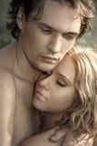 Jeunes couples heureux dans l'amour photos libres de droits