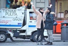 Jeunes couples heureux dans l'amour appréciant le temps ensemble sur la rue Photographie stock