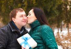 Jeunes couples heureux dans l'amour avec le présent Photographie stock