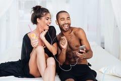Jeunes couples heureux dans l'amour ayant l'amusement à la plage Photographie stock