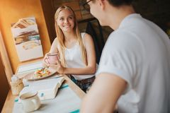 Jeunes couples heureux dans l'amour ayant une date agréable dans une barre ou un restaurant Ils racontant quelques histoires au s Photo stock