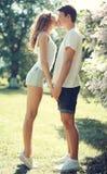 Jeunes couples heureux dans l'amour, baiser sensuel au ressort chaud ensoleillé Photo libre de droits