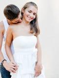 Jeunes couples heureux dans l'amour dans la ville Images stock