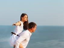 Jeunes couples heureux dans l'amour dans le jour d'été Photographie stock libre de droits