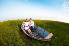 Jeunes couples heureux dans l'amour dans un bateau Image stock