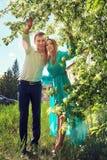 Jeunes couples heureux dans l'amour dehors Images stock