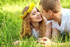 Jeunes couples heureux dans l'amour dehors Images libres de droits
